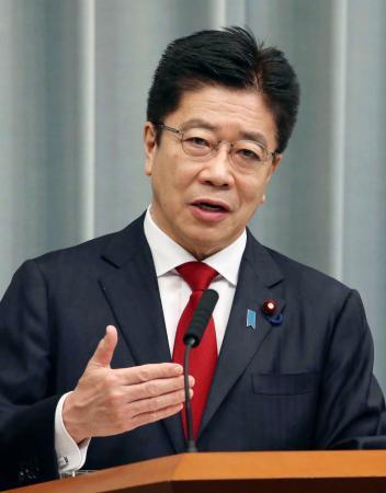 記者会見する加藤官房長官=13日午前、首相官邸