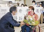 村椿市長(左)から花束を受け取る岩井選手=魚津市役所