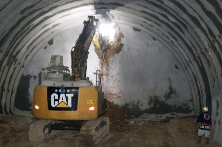 深山トンネルの貫通式で行われた、重機を使った貫通の掘削作業=3日午前、福井県敦賀市