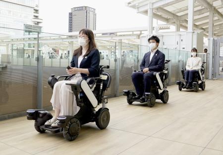 JR東日本が実証実験する、駅構内を小回りに移動できる乗り物「パーソナルモビリティー」=27日午前、東京都港区の高輪ゲートウェイ駅