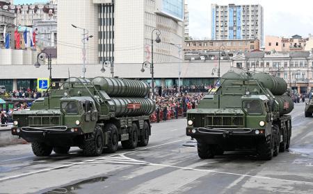 9日、ロシア・ウラジオストクの軍事パレードで公開された地対空ミサイル「S400」(共同)