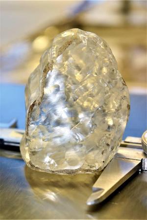 アフリカ南部ボツワナで発掘された1098カラットのダイヤモンドの原石(ロイター=共同)