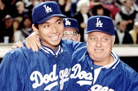 1995年6月、米大リーグで初勝利を挙げた野茂(左)を祝福するドジャースのラソーダ監督(ロイター=共同)