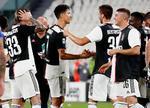 イタリア1部でリーグ9連覇を決め、喜ぶロナルド(中央左)らユベントスの選手ら=トリノ(AP=共同)