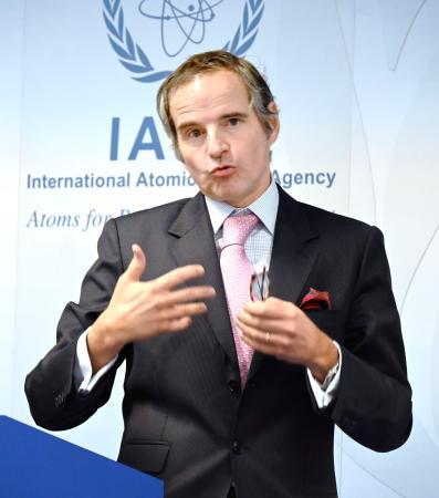 1日、ウィーンで記者会見するIAEAのグロッシ事務局長(共同)