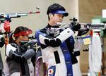 混合エアライフル予選 出場した(右から)岡田直也、中口遥=自衛隊朝霞訓練場