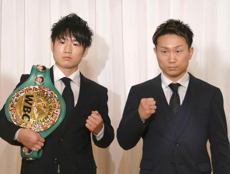 WBCライトフライ級戦が決まった王者の寺地拳四朗(左)と挑戦者の久田哲也=8日、大阪市
