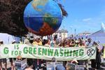 G7サミットに合わせ、気候変動問題への対策強化を求め抗議デモをする人たち=12日、英コーンウォール(共同)