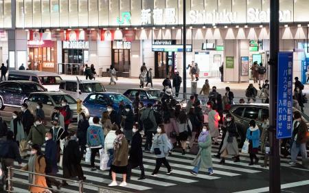 東京・新宿駅周辺でマスクを着けて行き交う人たち=8日夕