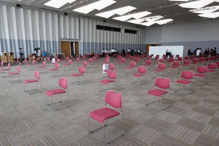 大規模接種センターの経過観察スペース=17日午後、大阪市の大阪府立国際会議場