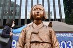 ソウルの日本大使館前に設置されている従軍慰安婦の被害を象徴する少女像=21日(共同)