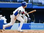 韓国―イスラエル 7回、適時打を放つ韓国・金慧成。コールド勝ちとなった=横浜スタジアム