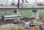 高速鉄道の事故現場=2011年7月24日、中国浙江省温州市(共同)