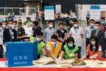 「選挙委員会」委員選挙の開票作業=19日、香港のコンベンションセンター(ゲッティ=共同)