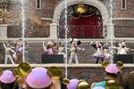 開園5年を祝い、踊りを披露するミッキーマウスら=16日、中国・上海ディズニーランド(共同)