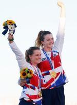 女子470級で金メダルを獲得し、喜ぶハナ・ミルズ(左)、エイリー・マキンタイア組=江の島ヨットハーバー